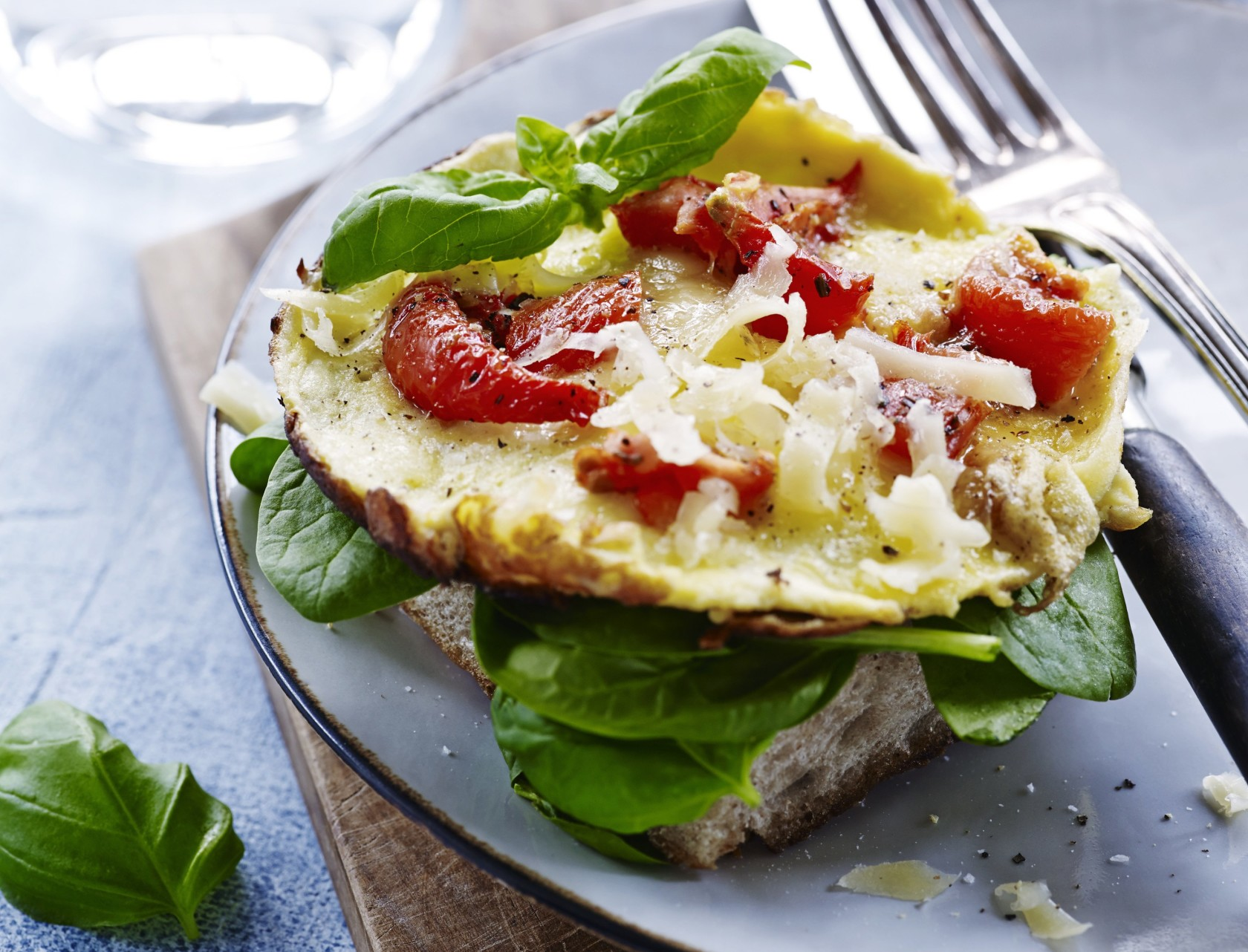 Nem og lækker omelet med tomater og brød.
