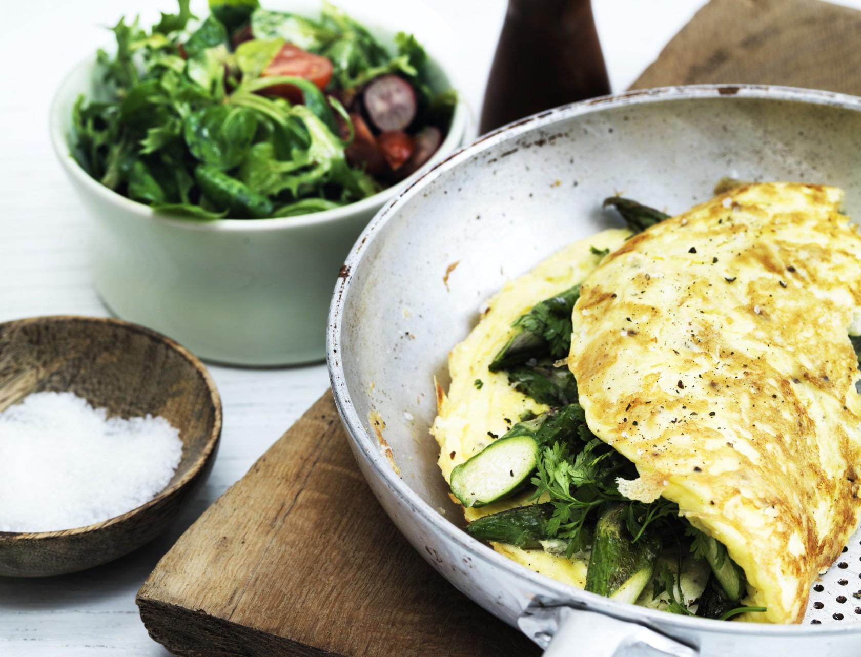 Omelet med asparges og salat - perfekt til både morgenmad, frokost og aftensmad!