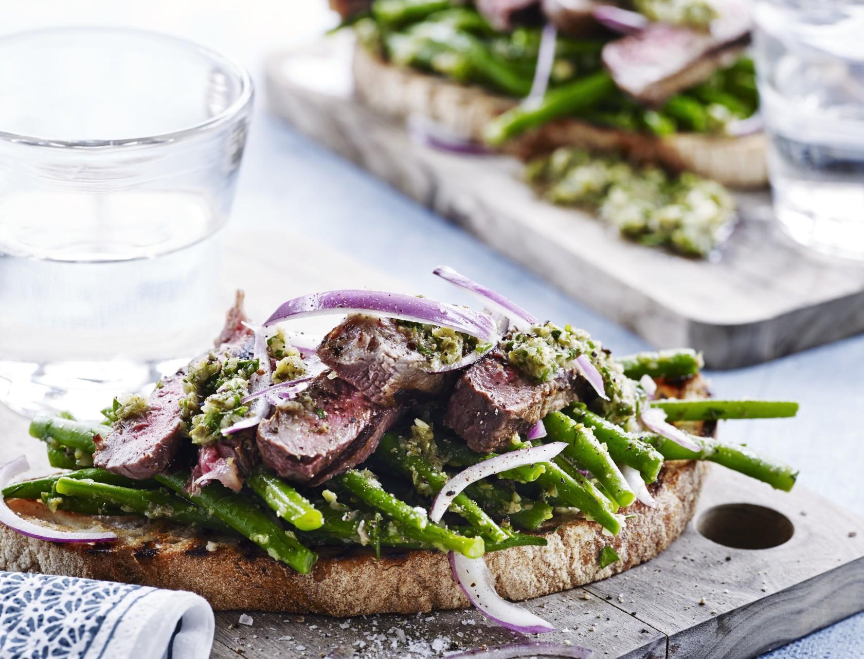 Ristet brød med steak, bønner og salsa verde