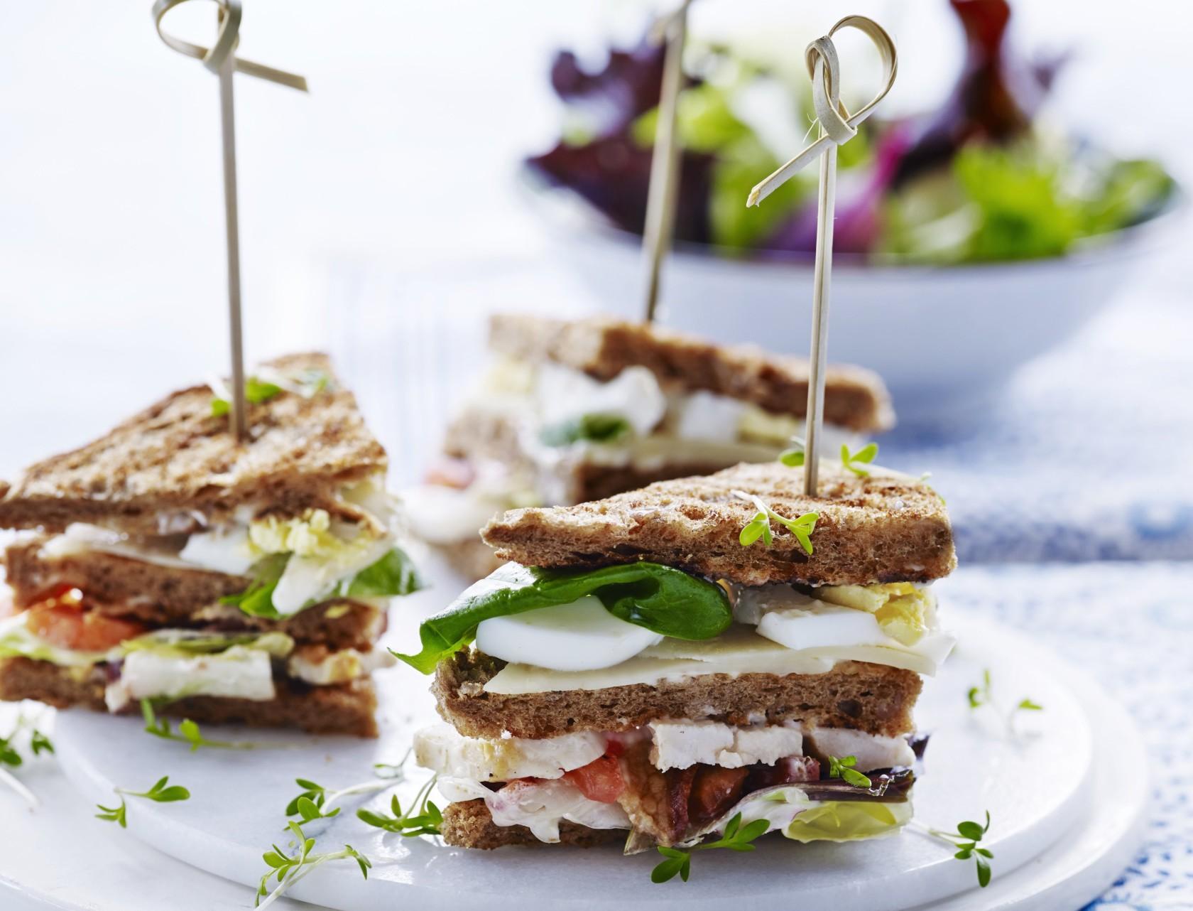 Clubsandwich med kylling, bacon og æg