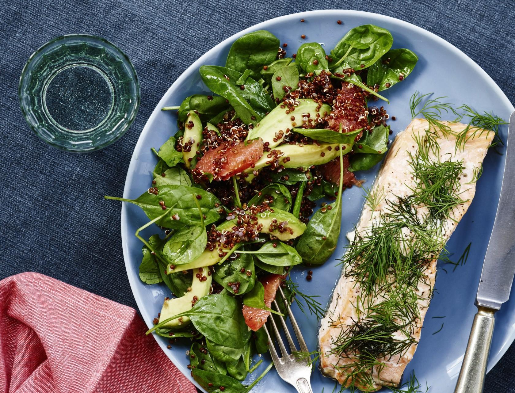 Laks i ovn med en lækker fyldig salat.