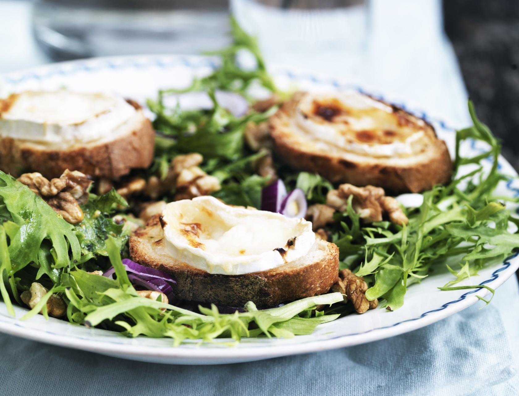 Den franske salat chèvre chaud er salat toppet med sprøde ostebrød. Mums!