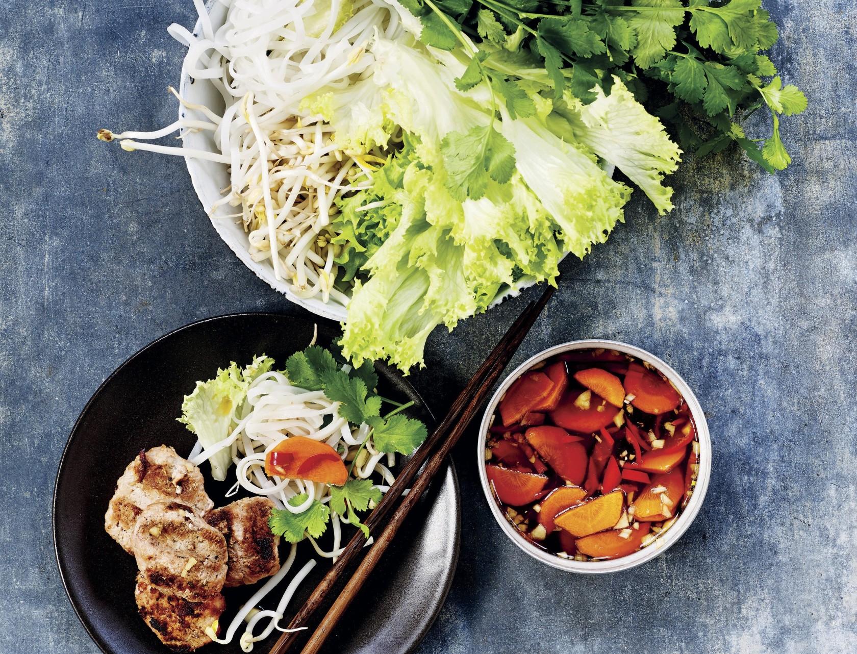 Asiatisk ret med grillede frikadeller med risnudler og gulerodsdip