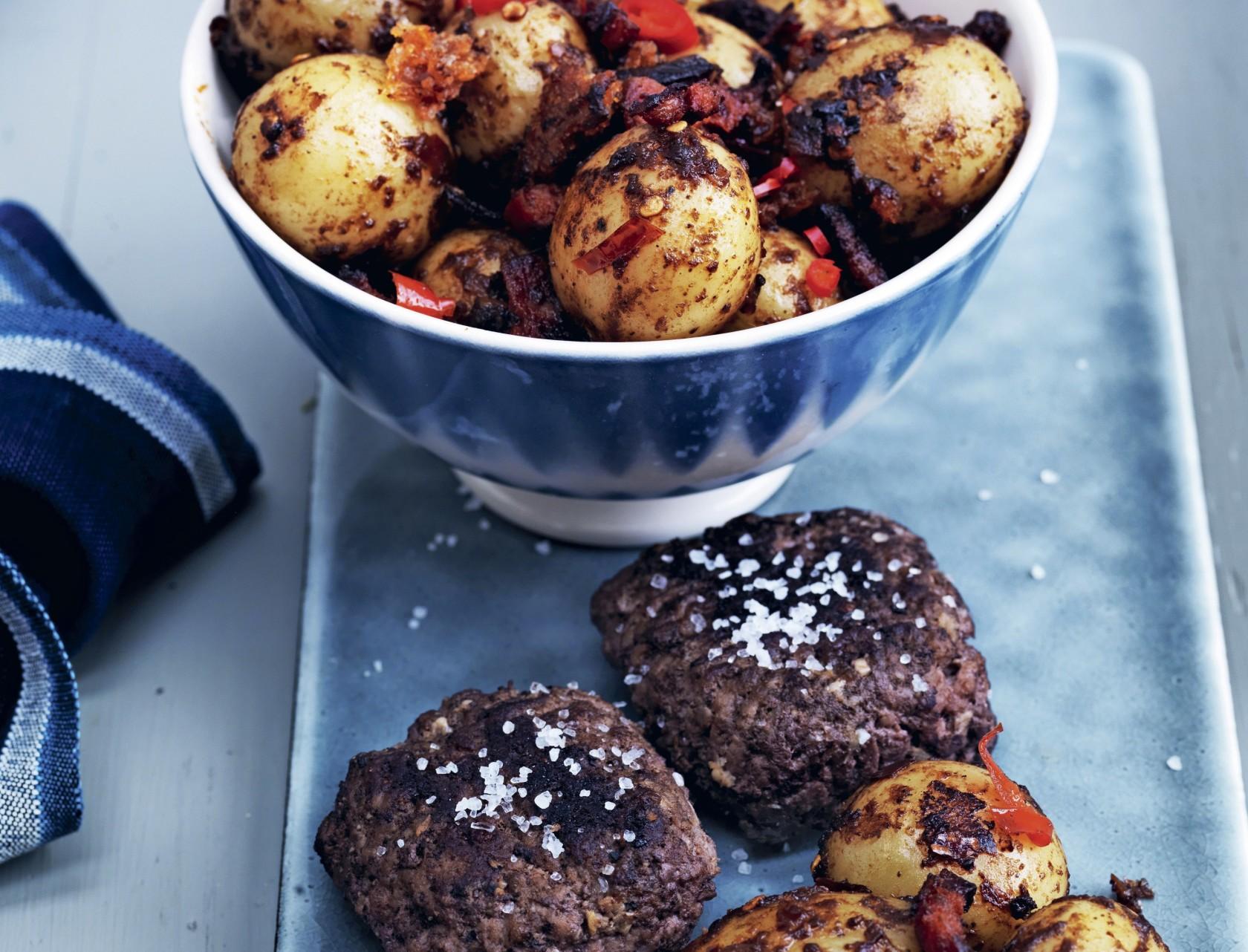 Hakkebøffer med papas bravas - kartofler med krydderier og chorizopølse.