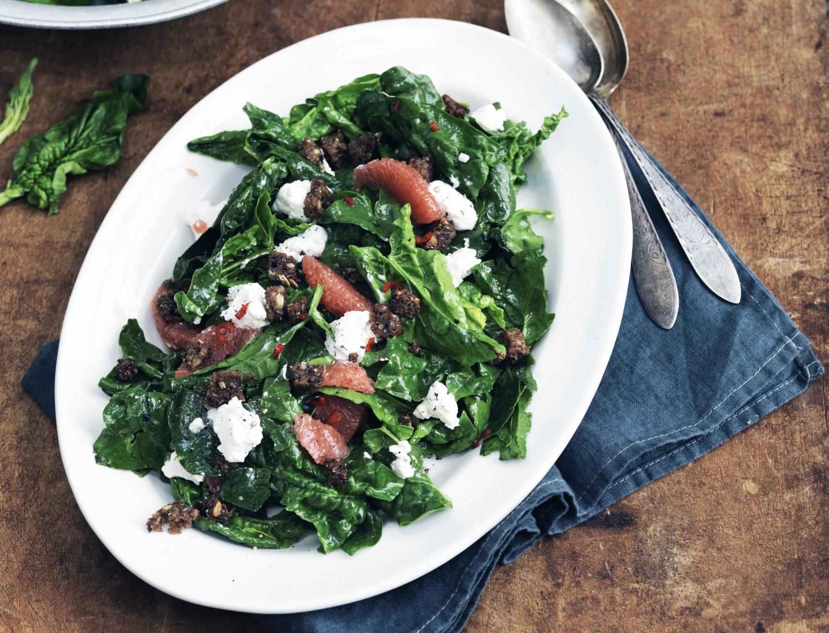 Lækker spinatsalat med sprøde croutoner.