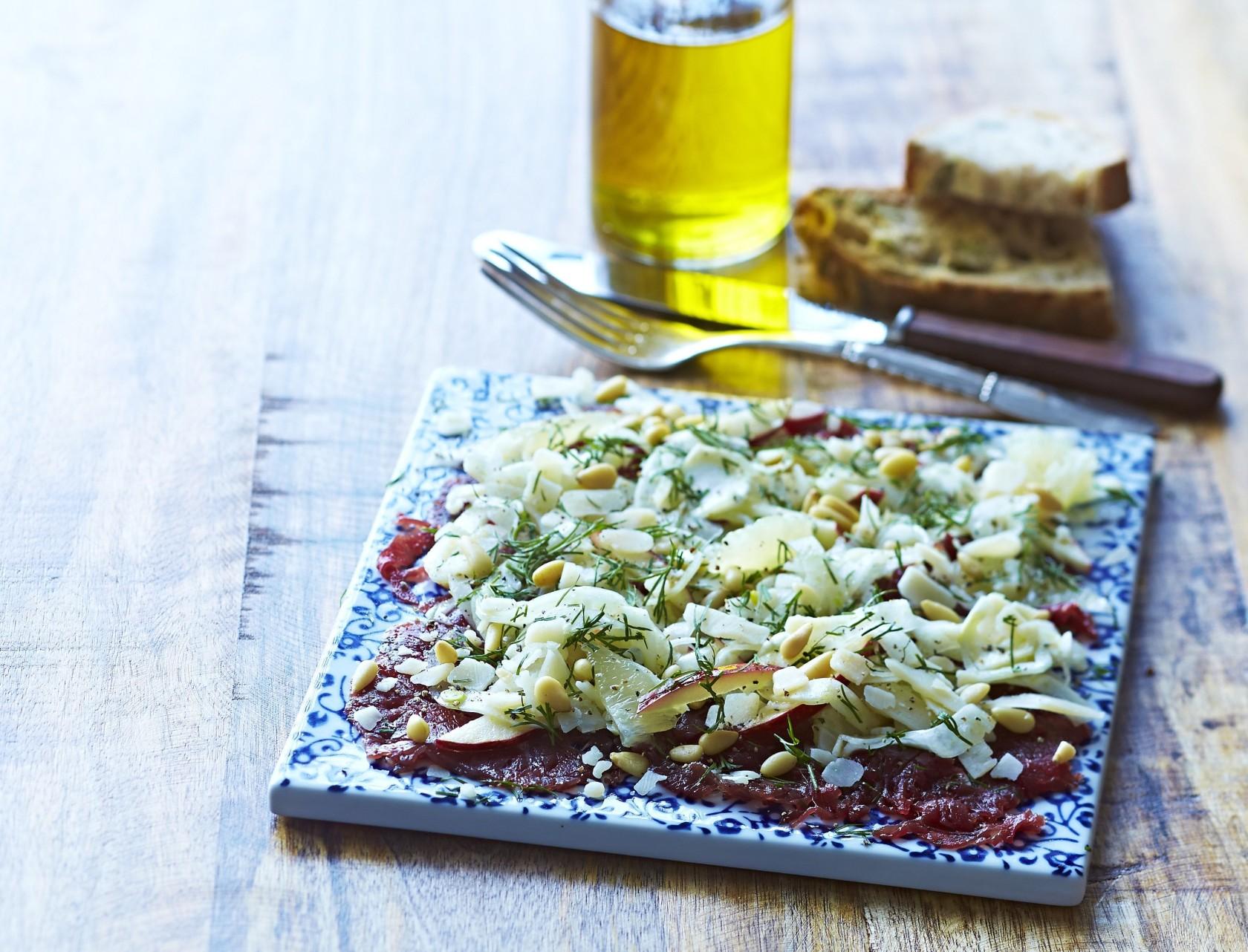 Lækker forret af carpaccio med fennikel.