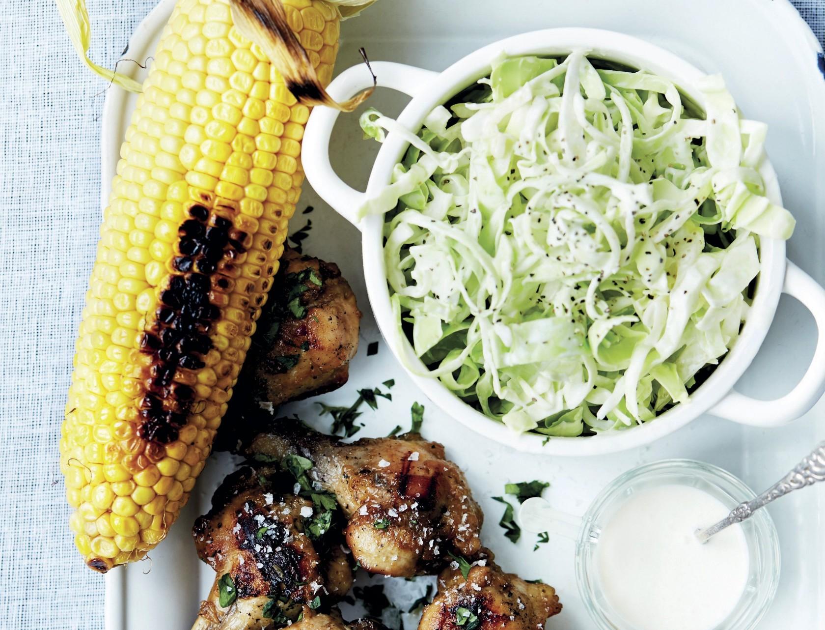 Grillmad for hele familien: Kylling, majskolber og coleslaw