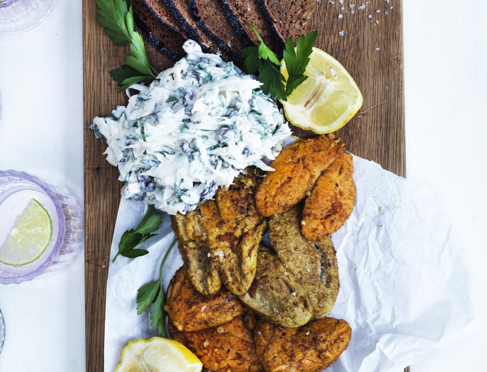 Sprødstegt torskerogn med sellerislaw – en herlig frokostklassiker!