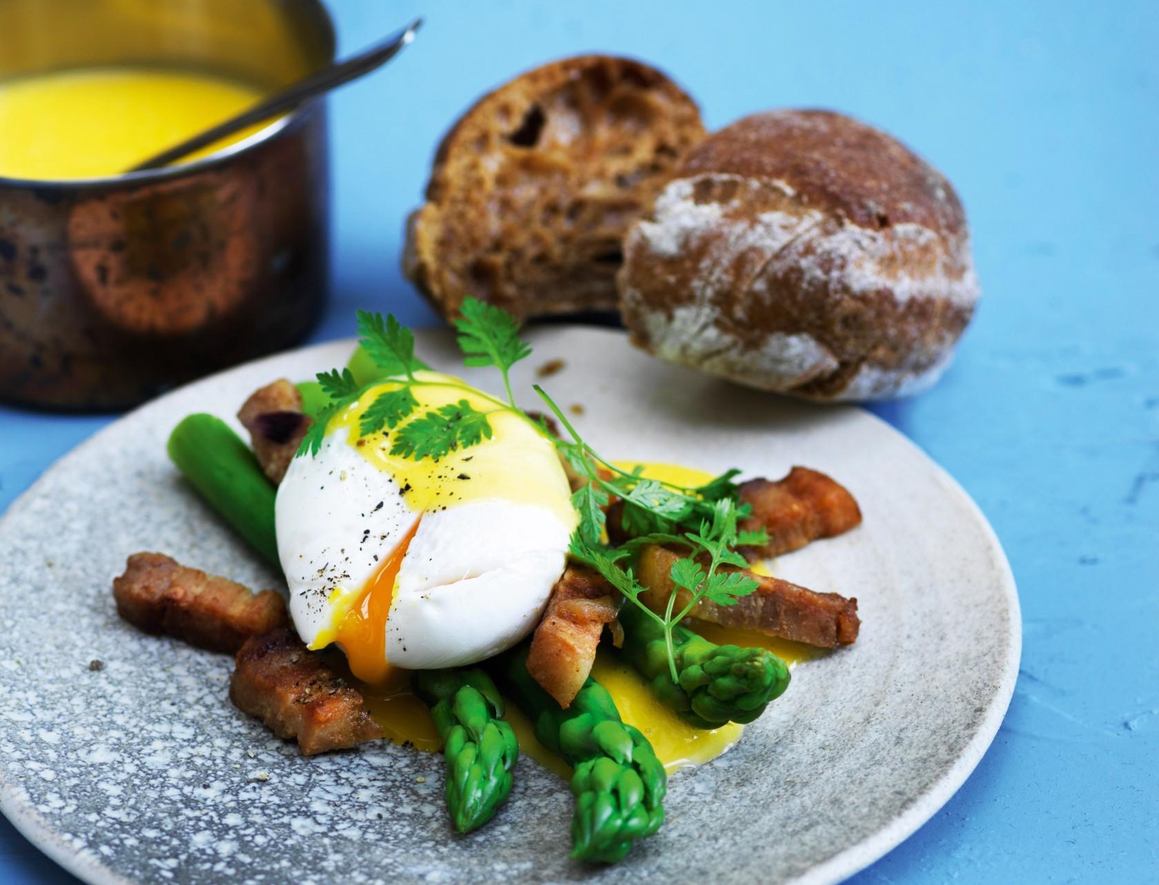 Pocheret æg med asparges, bacon og hollandaisesauce