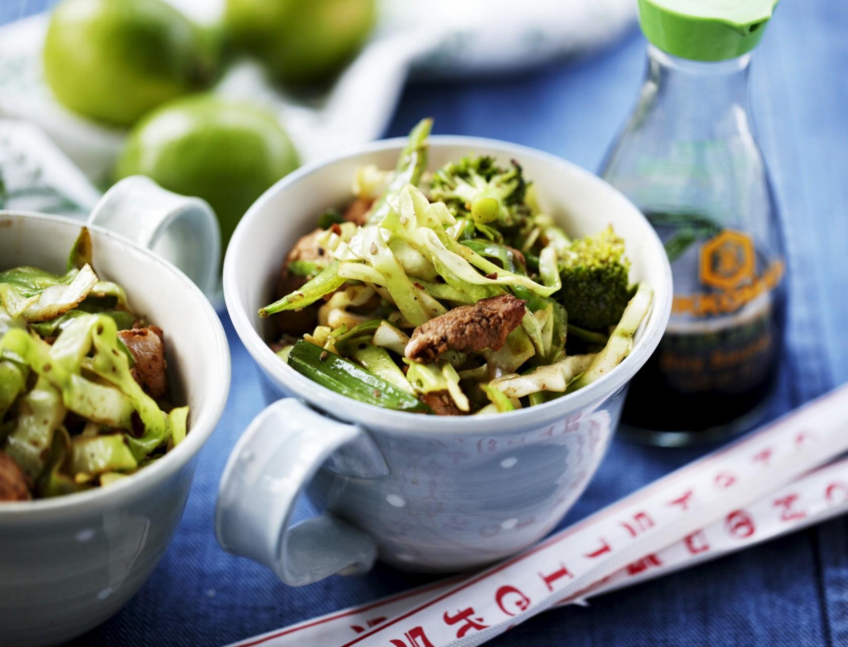 Wok med ingefærmarineret svinekam, broccoli og spidskål