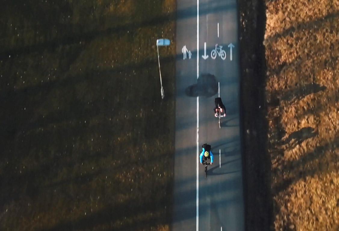 Pendelcyklist på en cykelbana