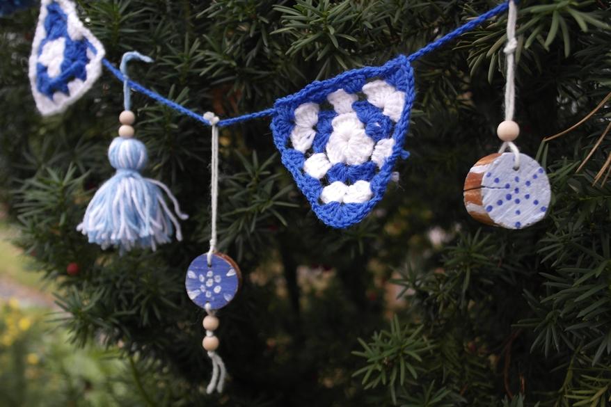 Sanoma Pron askarteluvinkki alakouluun Sinivalkoinen koristenauha joulukuuseen