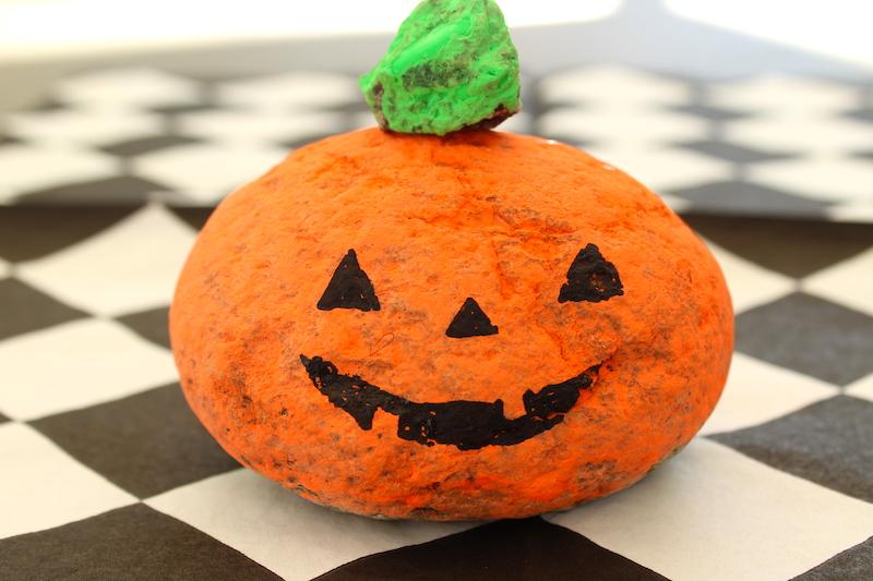 Sanoma Pro askarteluvinkki Halloween maalattu kivikurpitsa