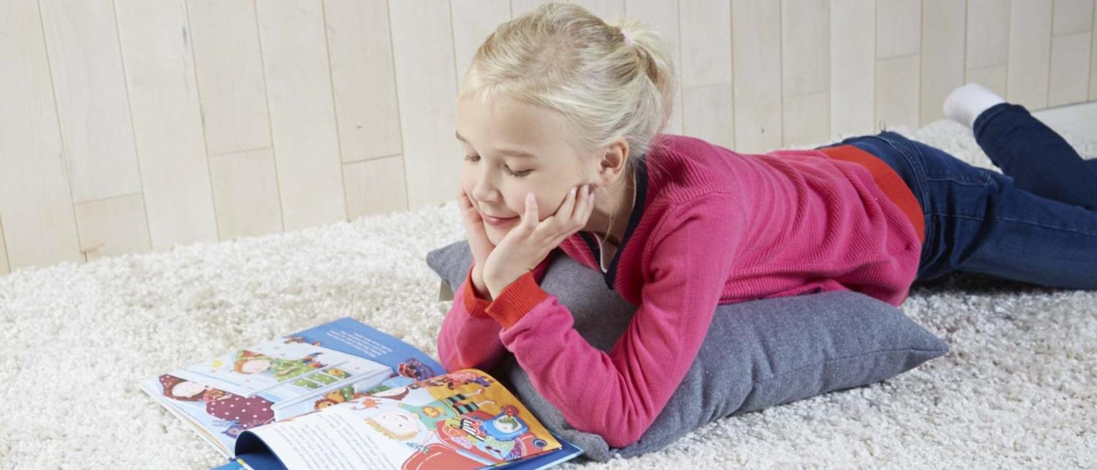 Tyttö lukee
