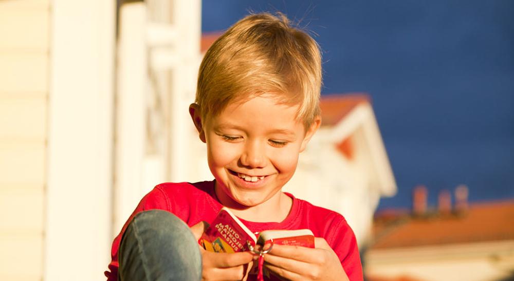 Lapsen pitää saada oppia lukemaan, kun kiinnostus syntyy.