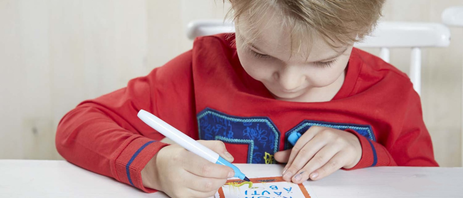 Kun lapsi on oppinut kirjainten nimet ja äänteet, hänen tarvitsee vielä yhdistää merkki ja ääni toisiinsa ja oppia liu'uttamaan niitä yhteen.