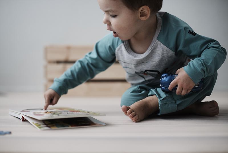 Lukeminen ja kirjat ovat tärkeitä taaperon kielitajun kehittymiselle.