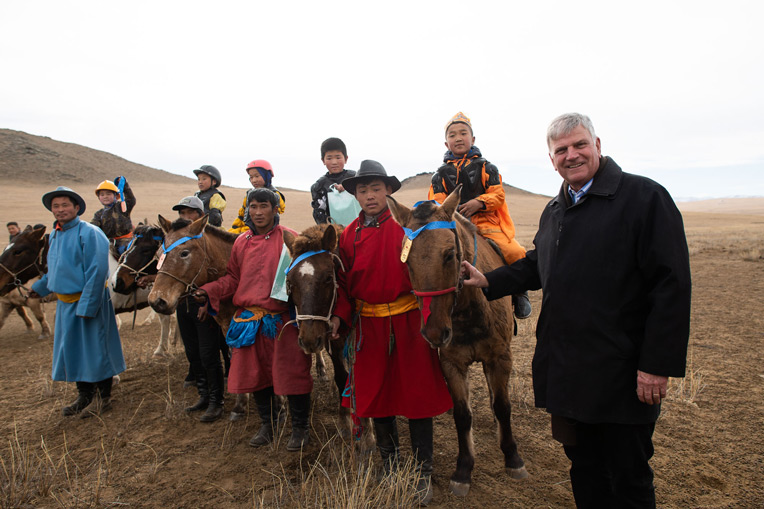 Franklin Graham meets with young horsemen following their race.