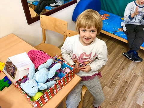 Little girl recieves shoebox and card from Southampton Church