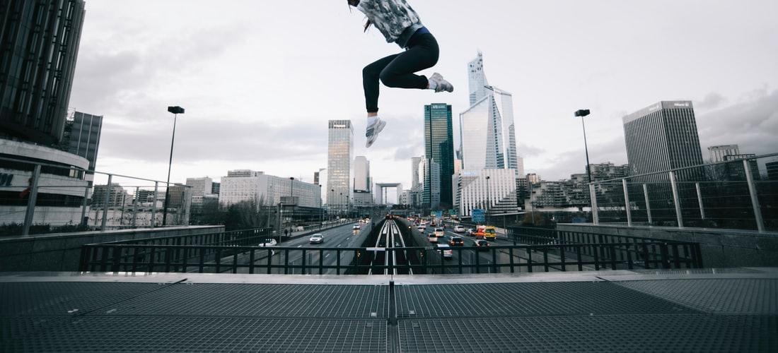 Salud y Medicina: Un Hombre Salta de un Rascacielos