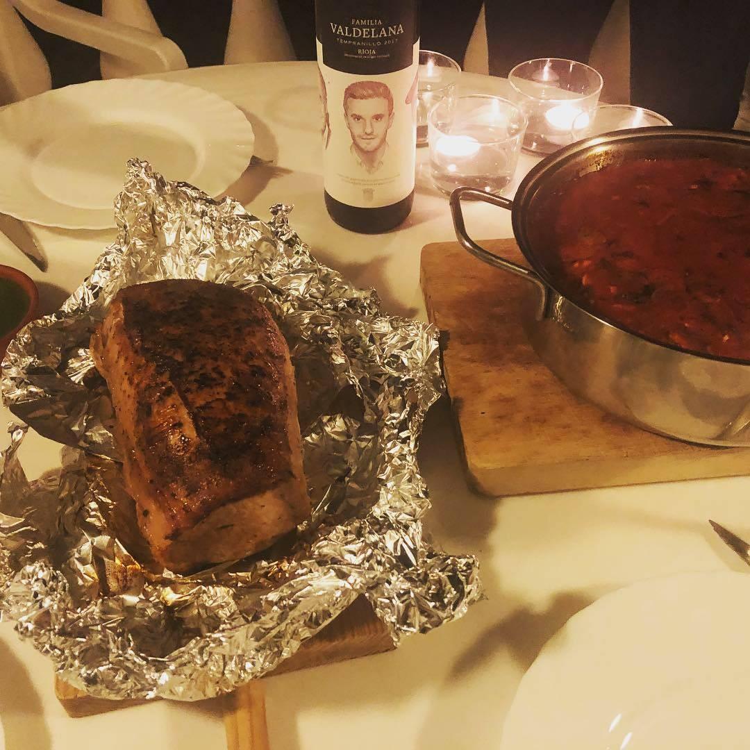 Serviervorschlag für klassisch gebackene Schweinelende mit menorquinnischen Tumbet (frittiertes Gemüse als Auflauf) - by Philipp Kaste
