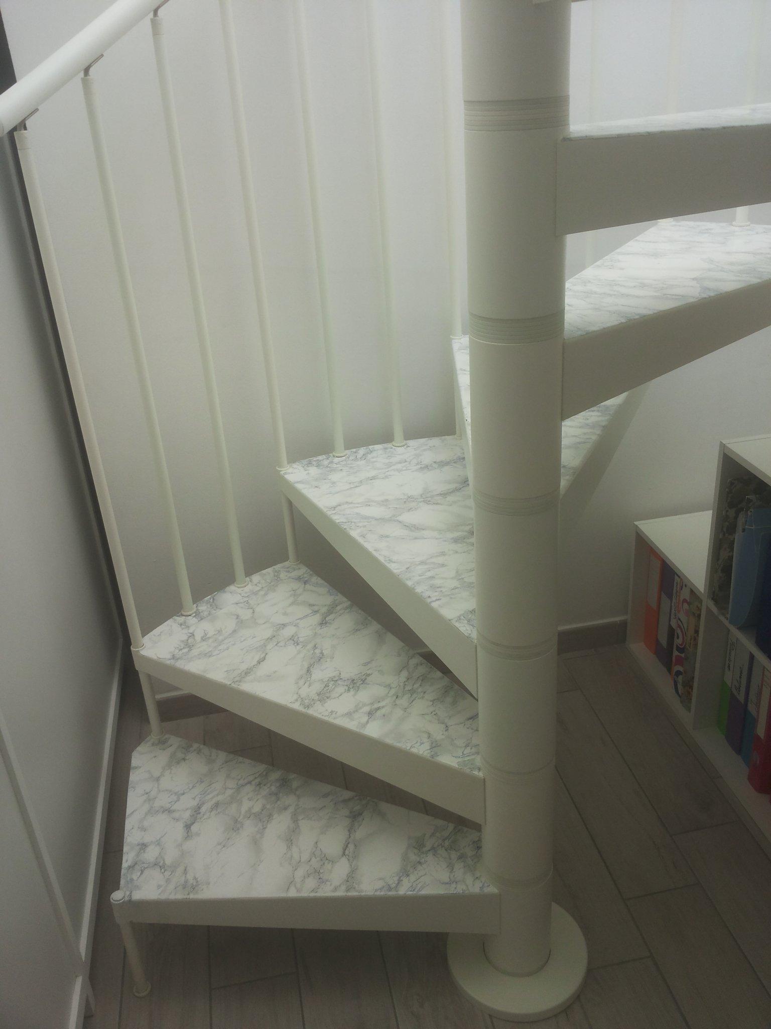 Rivestire in legno bianco i gradini di una scala a for Rivestire una scala in legno