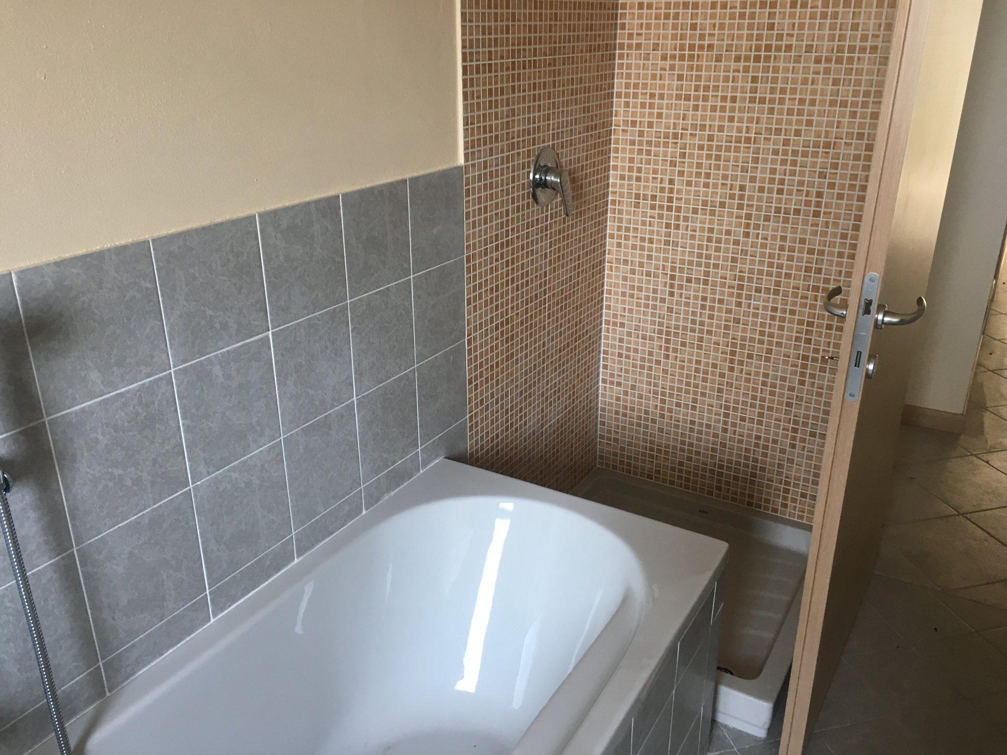 Togliere vasca da bagno e posa doccia instapro - Togliere piastrelle bagno ...
