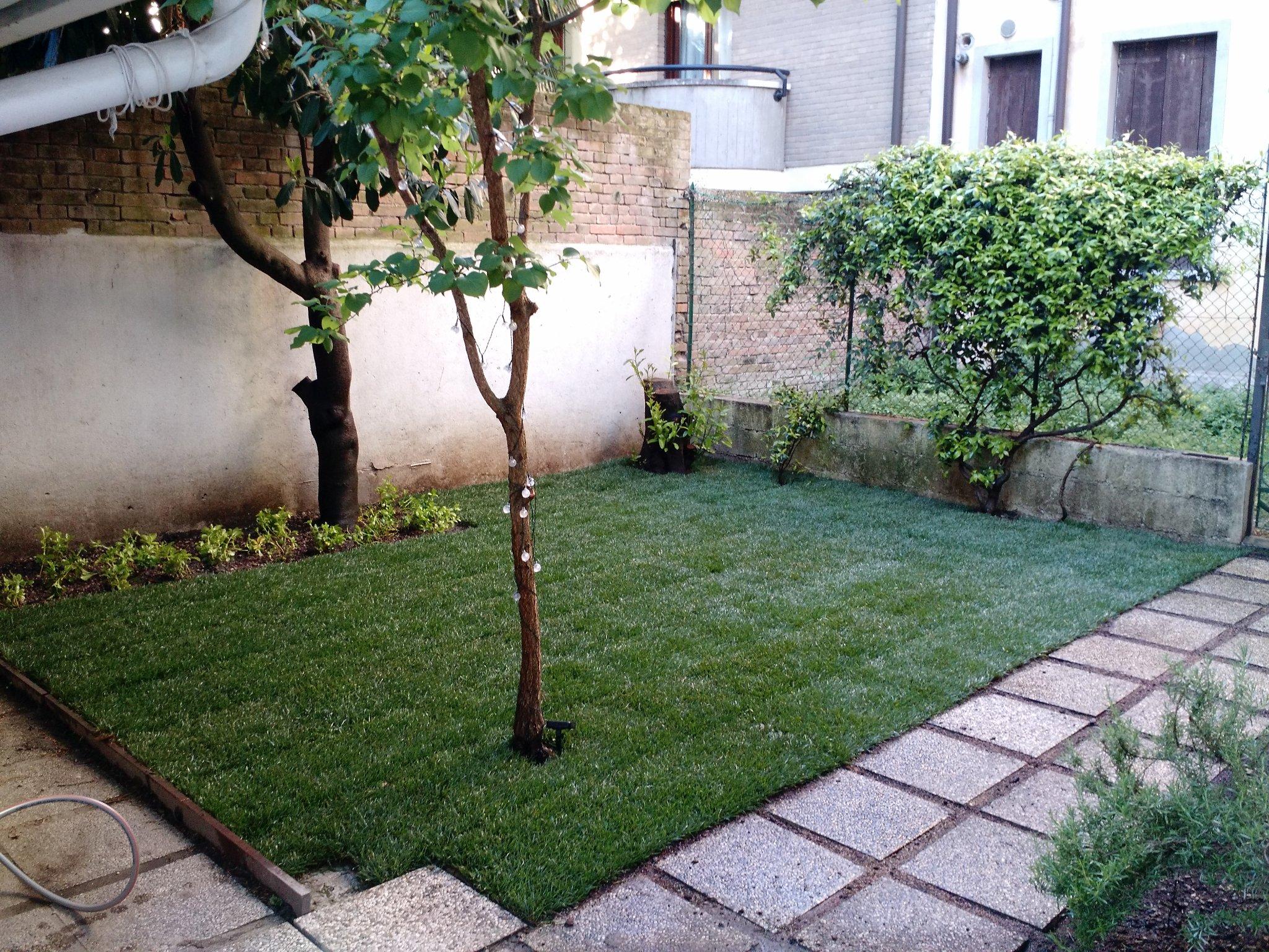 Sistemazione giardino e semina della nuova erba 25 mq for Giardino 80 mq