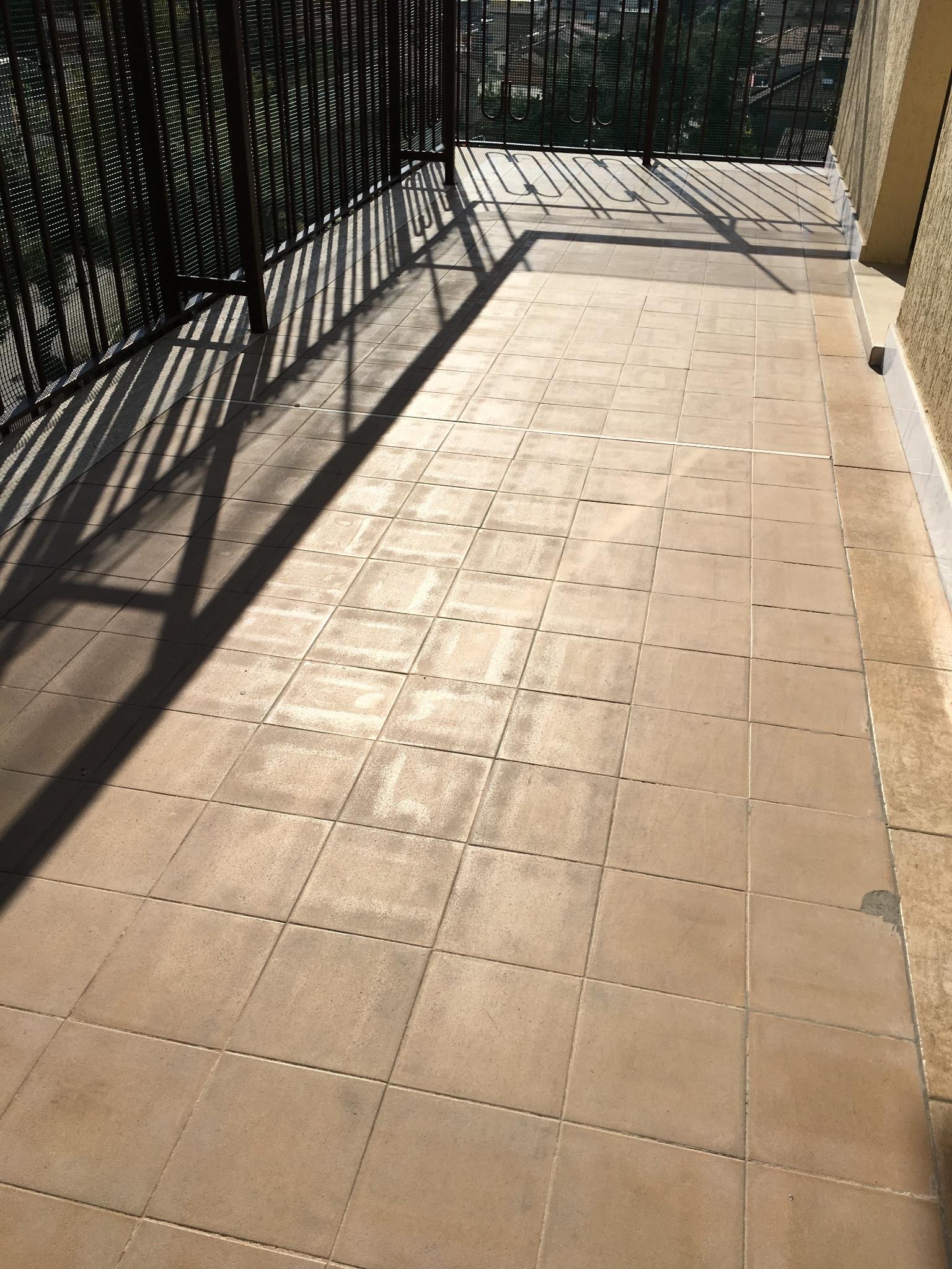 Copertura vecchio pavimento balcone con resina - Instapro