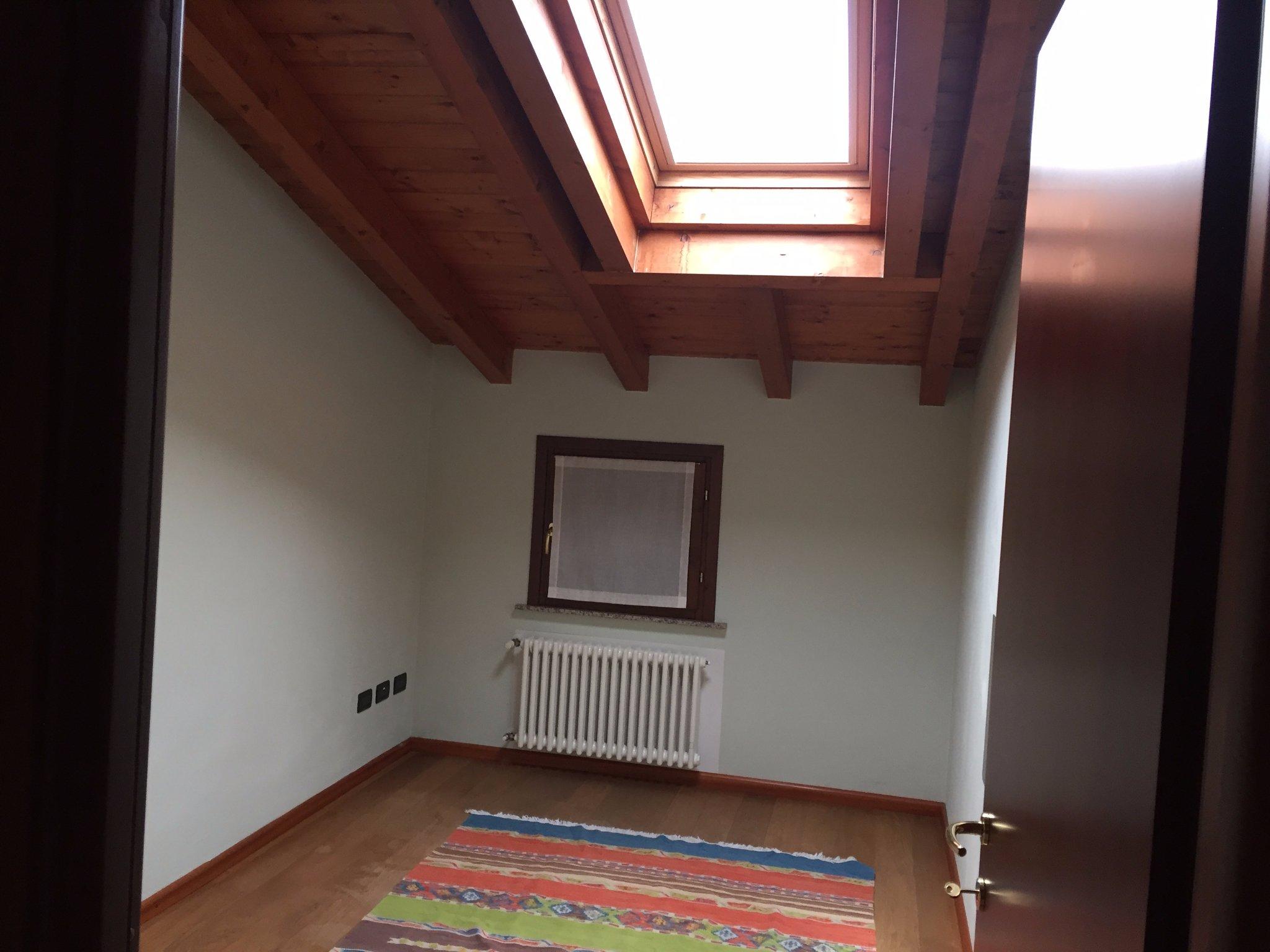 Verniciatura soffitto in legno travetti e travi in color bianco instapro - Verniciare una porta in legno ...