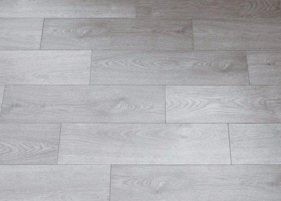 Posa su pavimento esistente con piastrelle effetto legno grigio