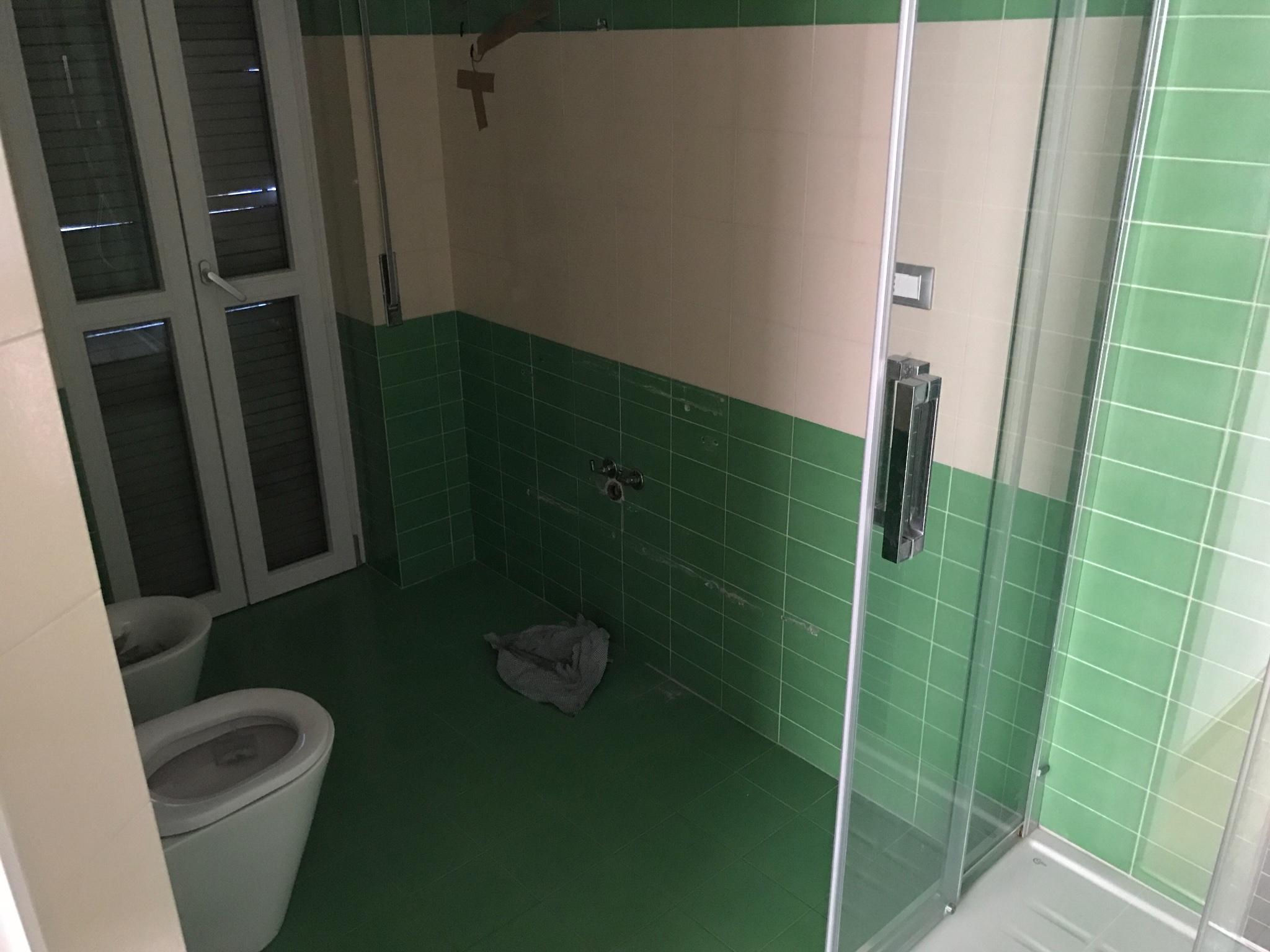 Rivestimento piastrelle e posa pavimento in pvc bagno mq circa