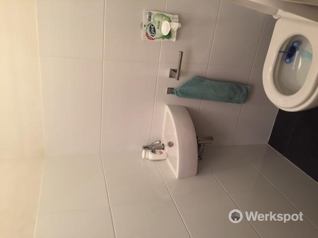 Van staand een hangend toilet maken en betegelen werkspot