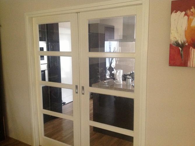Het plaatsen van dubbele schuifdeuren tussen woonkamer en keuken ...