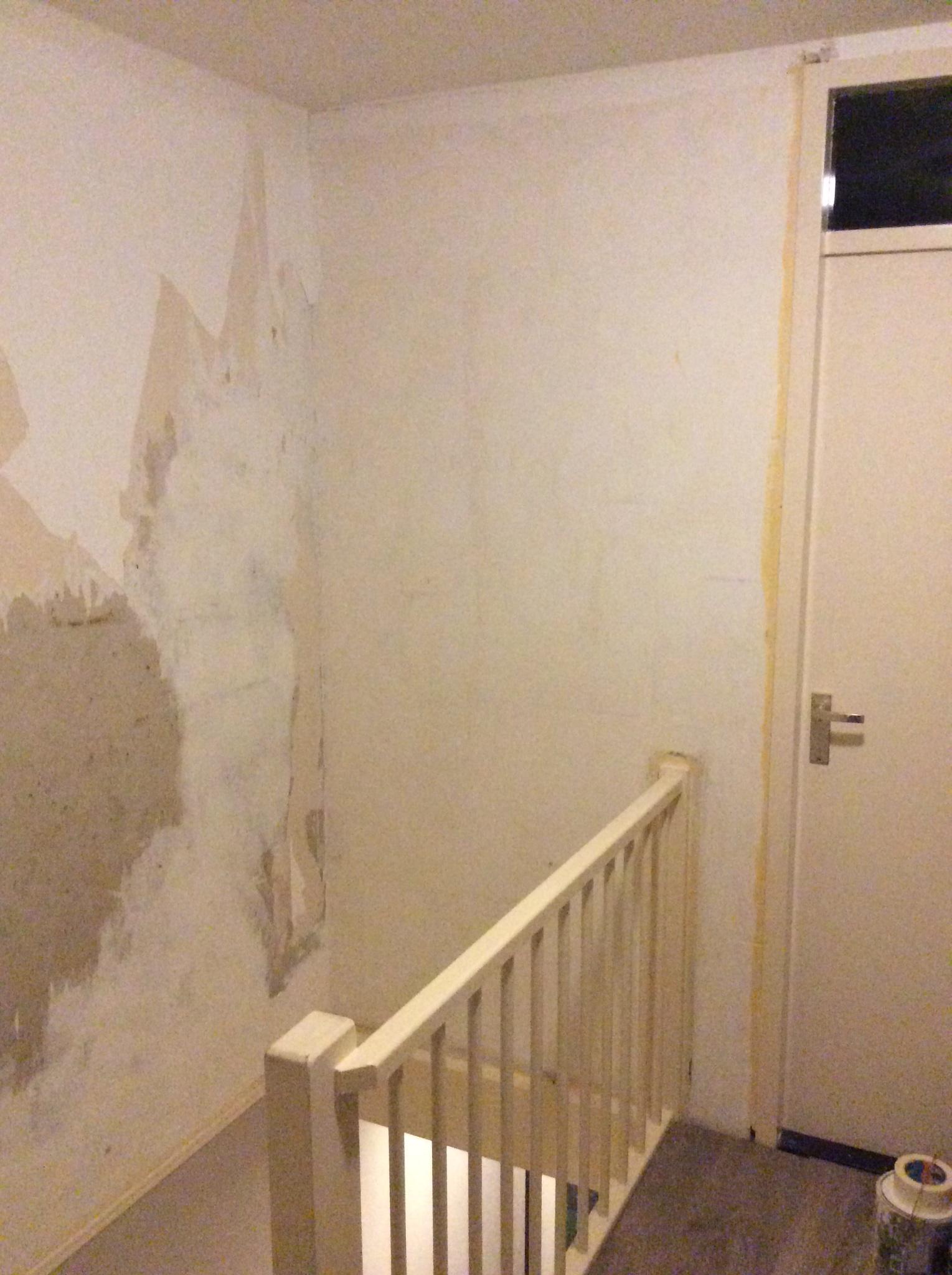 Behangen muur bij trap werkspot for Gipsplaten behangen met vliesbehang