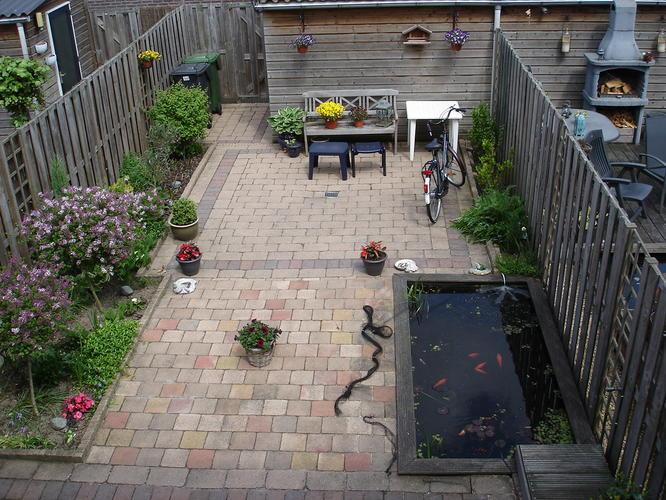 Vijver opvullen en plantenbak aanleggen met betonnen for Trap tuin aanleggen