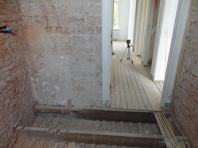 Lichtgewicht betonnen vloer op zwaluwstaartplaten leggen badkamer