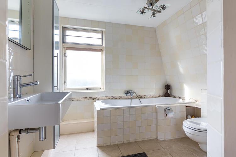 Betonnen Badkamer Muur : Stucatoren badkamer met beton look grijs op de tegels op muren