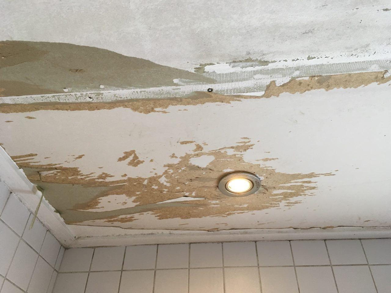 Behang Plafond Badkamer : Behang verwijderen van plafond badkamer werkspot