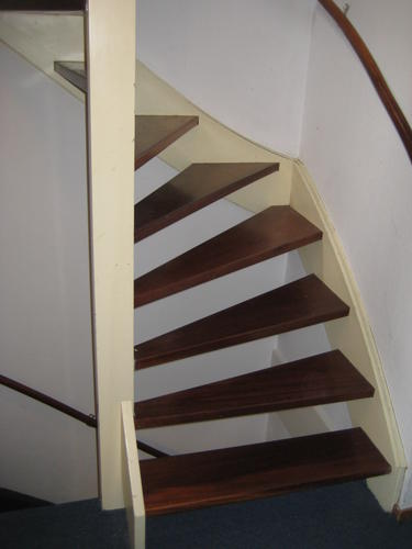 Schilderen open houten trap werkspot for Houten trap buiten