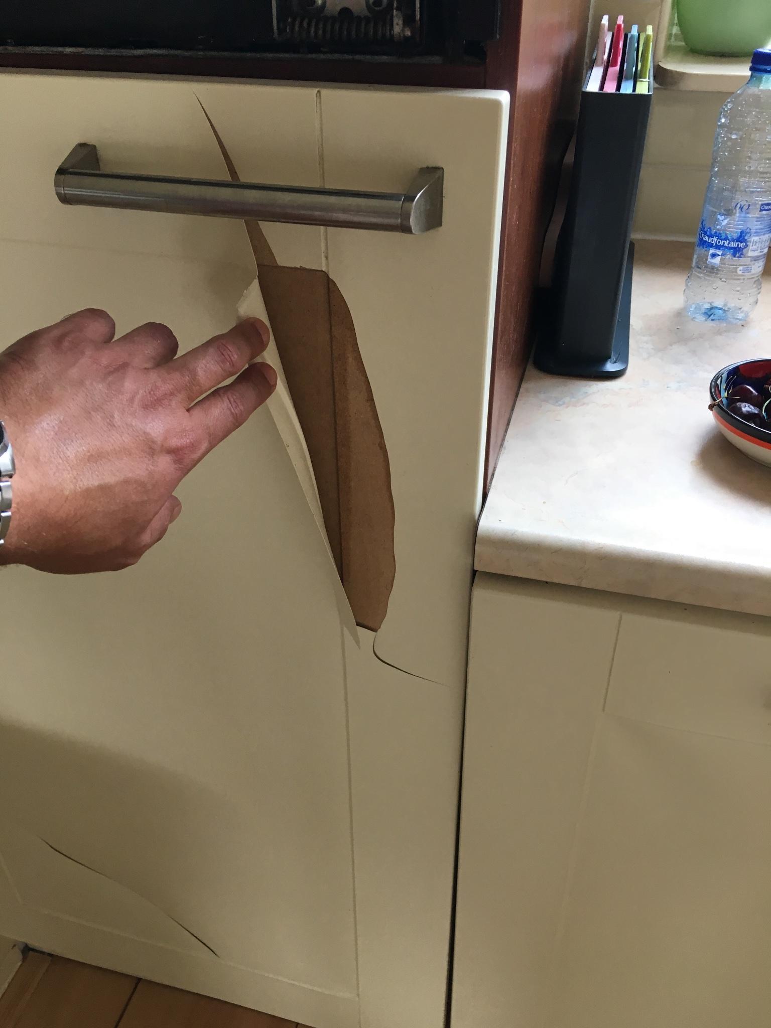 Keukendeurtjes Folie Vervangen.Keukendeurtjes Overspuiten En Folie Verwijderen Werkspot