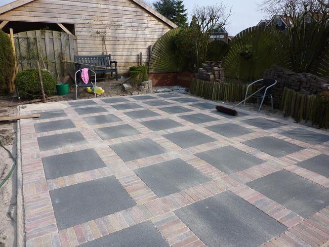 Terras aanleggen werkspot - Dek een terras met tegels ...