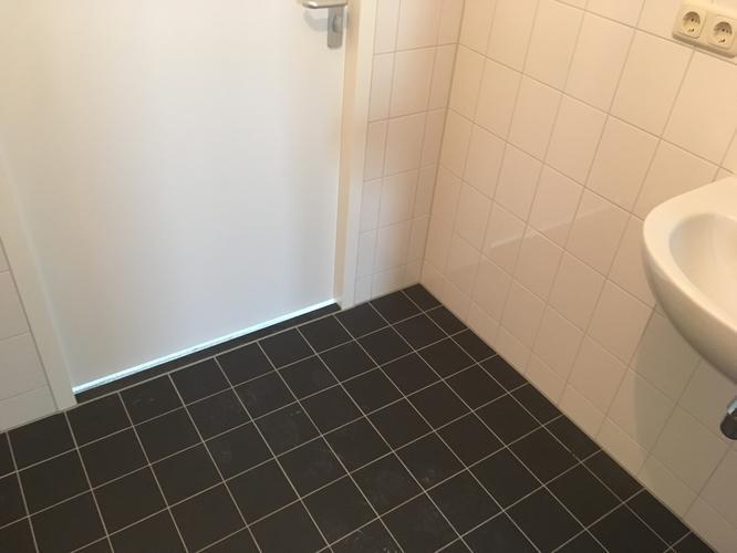 Badkamer met betegelde muren en vloeren u stockfoto ptasha