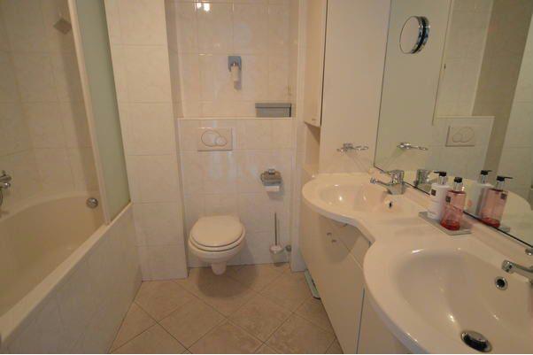 Badkamer inloopdouche maken op plaats van bad en tegelen werkspot