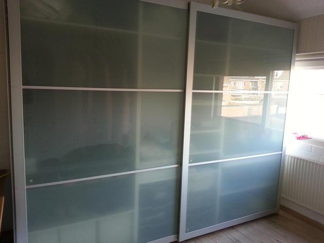 Grote Kast Met Glazen Schuifdeuren.Demonteren Van Ikea Garderobekast Met Glazen Schuifdeuren Werkspot