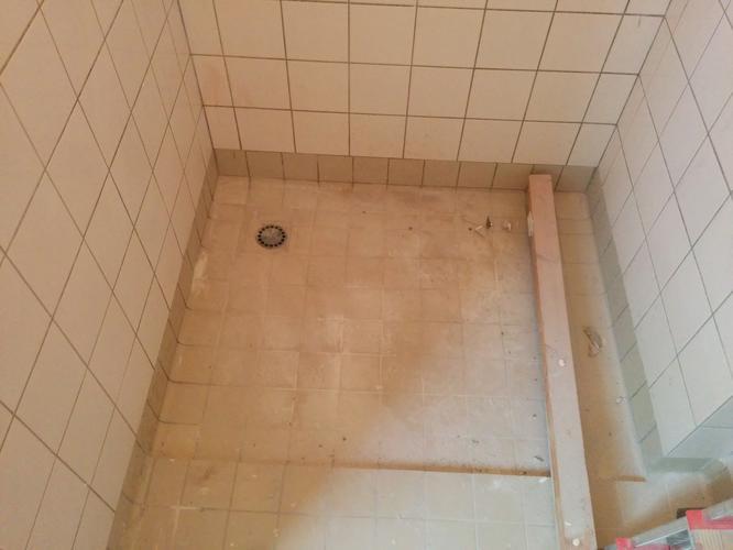 Tegelen badkamervloer over oude tegels werkspot for Badkamervloer schoonmaken