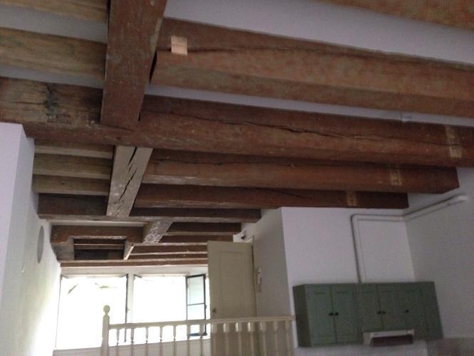 Houten balken plafond verven