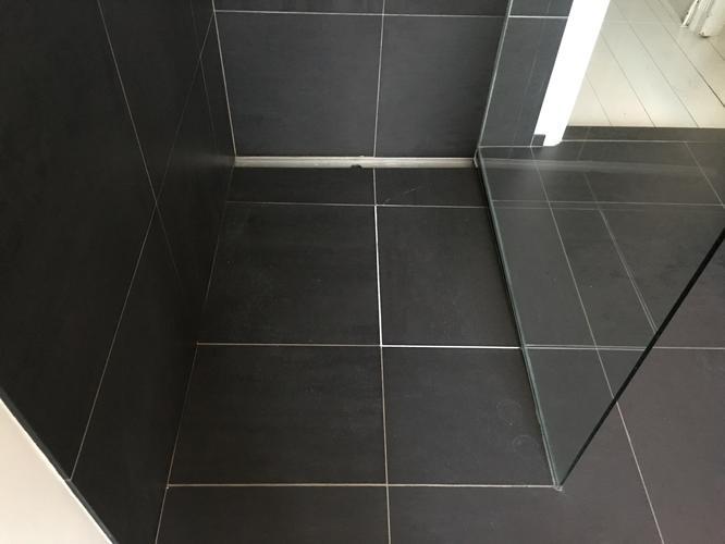 Opnieuw voegen douche + vervangen tegel (1x) - Werkspot