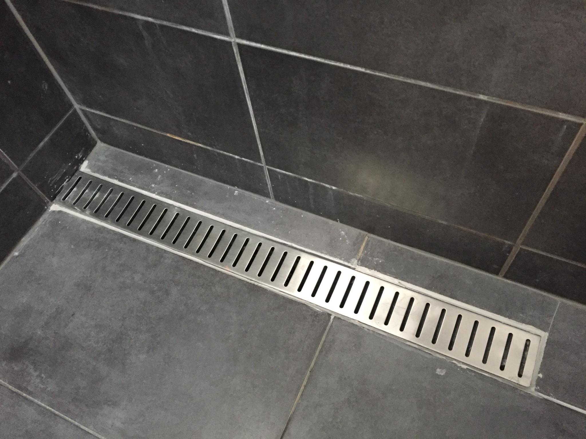 Badkamer drain en randen kitten en gang reparatie werkspot