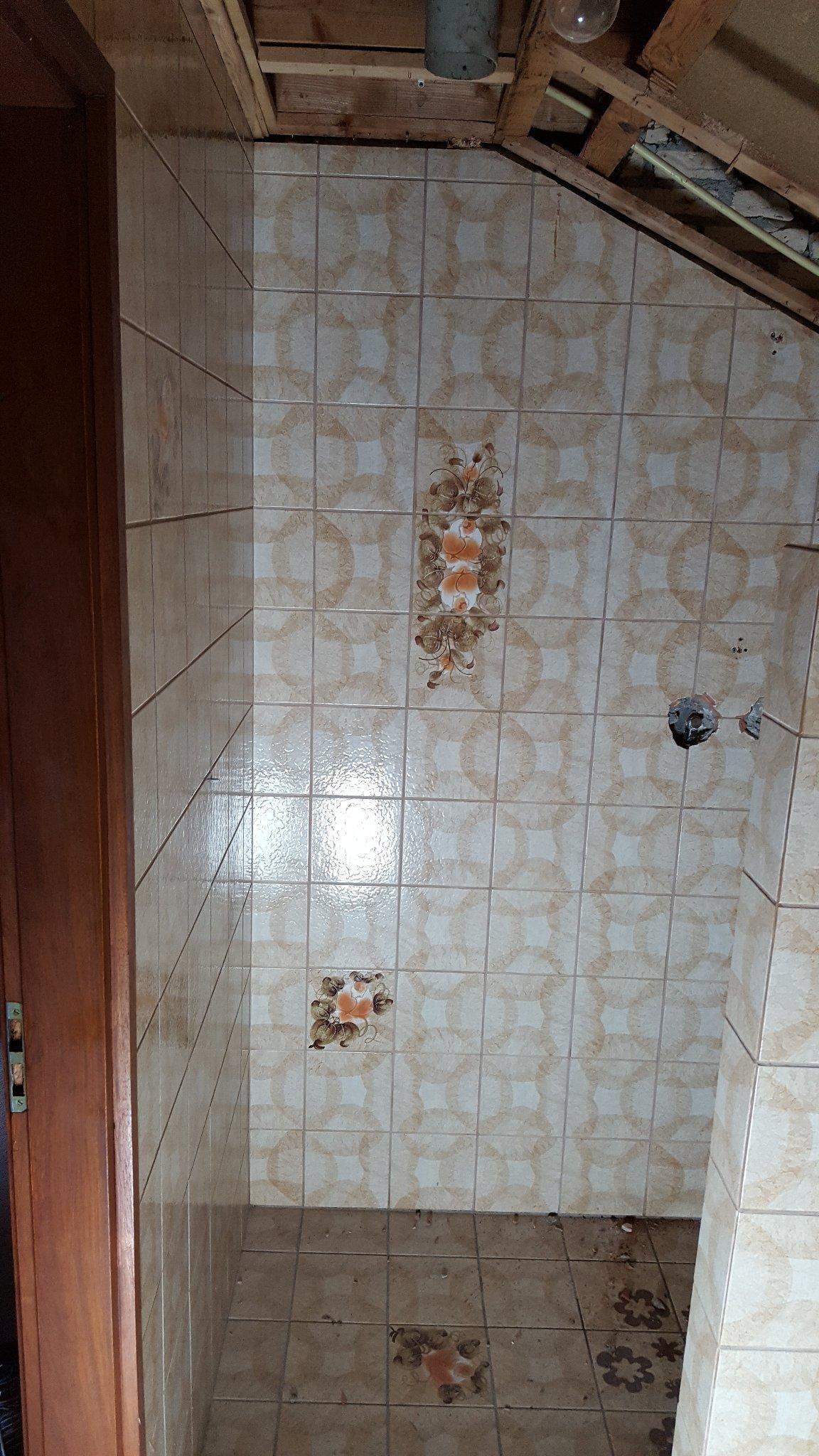 Verwijderen/slopen tegels badkamer + muurtje - Werkspot